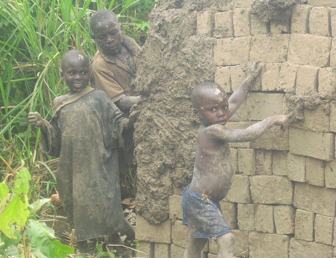 Kinder helfen zuhause bei der Arbeit