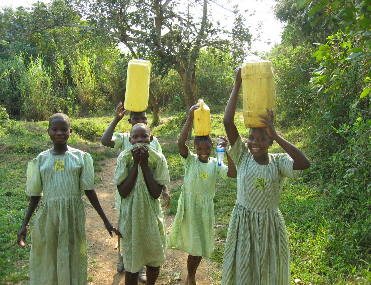 Schülerinnen beim Wasserholen